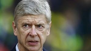 Arséne Wenger acusado de atos impróprios para com árbitro