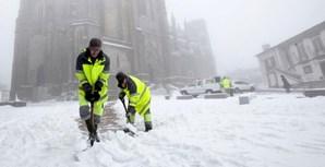 Funcionários da Câmara da Guarda limpam rua