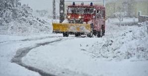 Viatura dos bombeiros a retirar neve do meio da estrada
