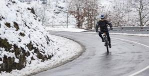 Ciclista não temeu o frio e a neve e manteve o hábito
