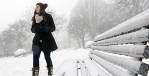 Populares brincam com a neve na Guarda