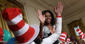 Primeira-dama norte-americana Michelle Obama cumprimenta crianças de uma escola, nos EUA