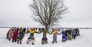 Aldeões celebram o feriado 'Kolyada', dos cristãos ortodoxos, na aldeia de Martsiyanauka, Bielorrúsia