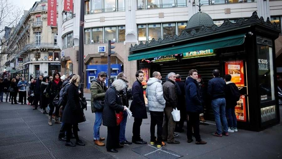 Longas filas para comprar o 1.º 'Charlie' desde o ataque