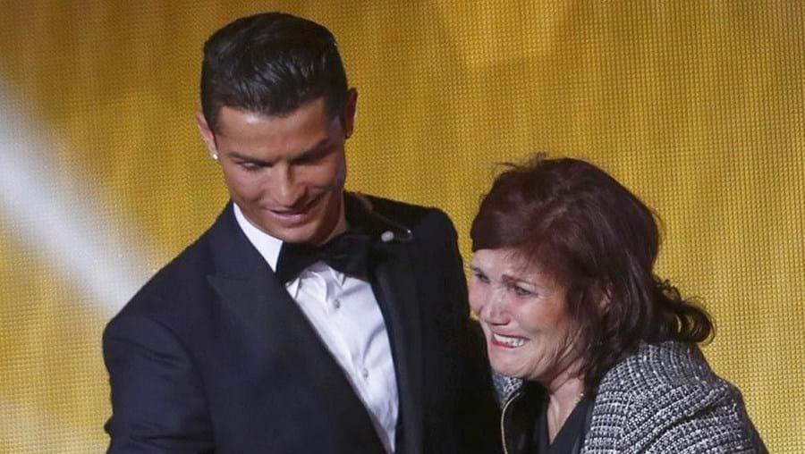 Mãe e filho durante a cerimónia de entrega da Bola de Ouro