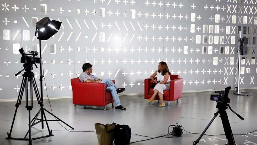 Reginaldo Rodrigues de Almeida conduz o Falar Global, um programa de referência da televisão nacional