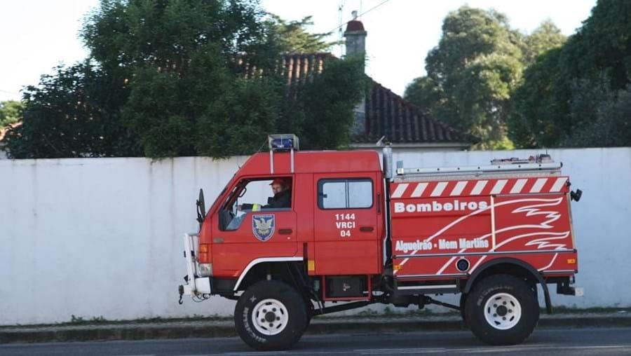 Os Bombeiros Voluntários de Algueirão-Mem Martins foram alertados para o incidente pelas 18h30