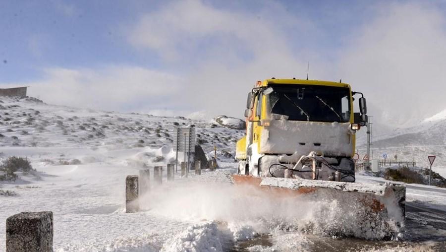 Limpa neves a trabalhar na Serra da Estrela.