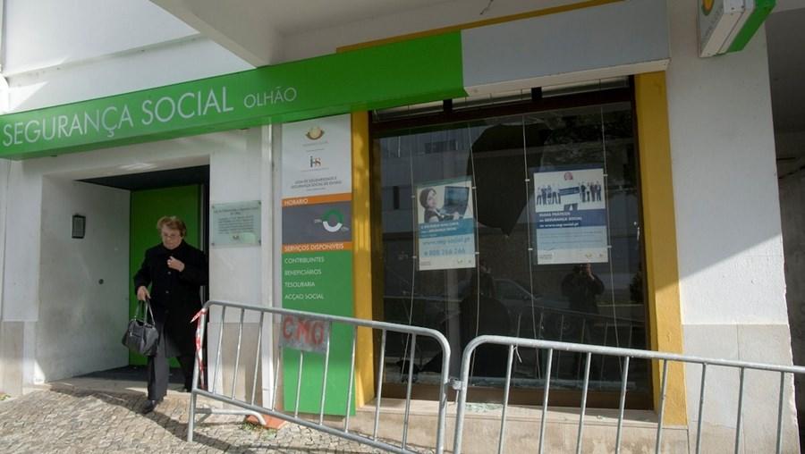 Segurança Social de Olhão foi um dos alvos dos atos de vandalismo do grupo de jovens