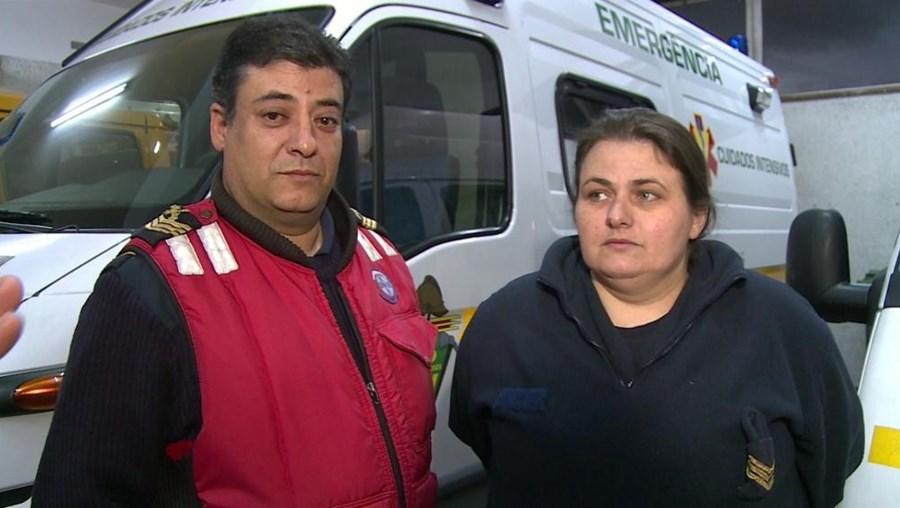 Os bombeiros Carlos e Mariana