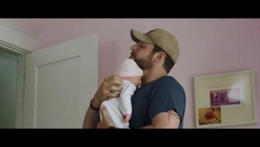 Bradley Cooper contracena com um boneco em 'Sniper Americano'