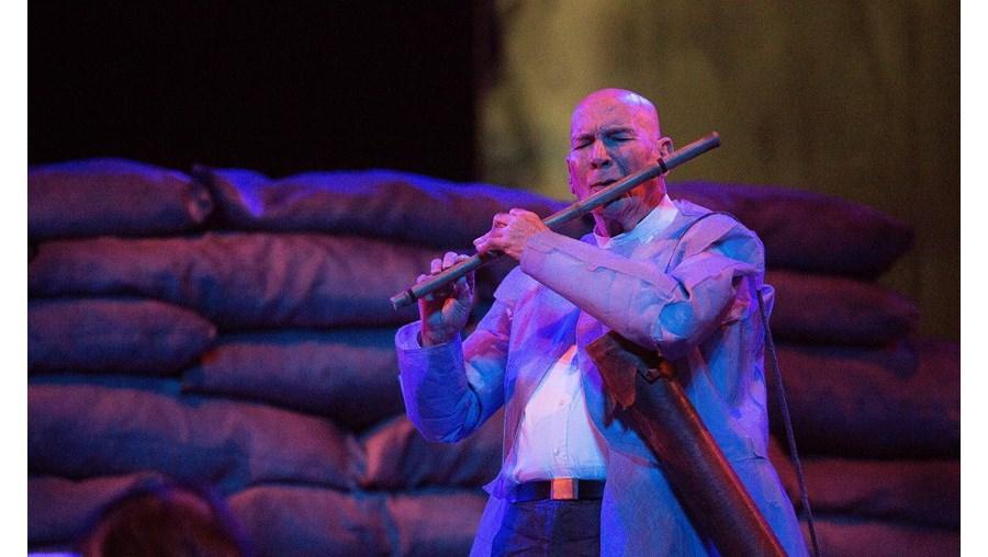 O ator Alberto Villar no palco da Sala Garrett, na peça 'Cyrano de Bergerac', em cena no D. Maria II até dia 1 de março