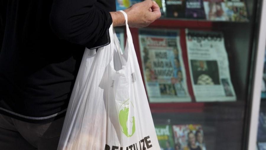 A partir de domingo passa a ser cobrada uma taxa sobre os sacos de plásticos leves