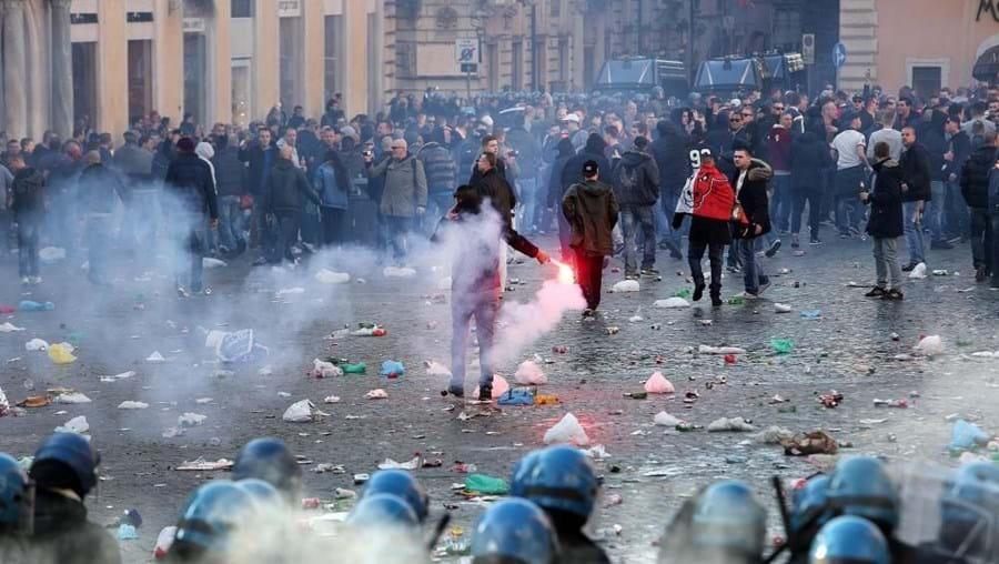 Centenas de adeptos holandeses envolveram-se em confrontos com a polícia italiana em Roma antes do jogo da 1.ª mão
