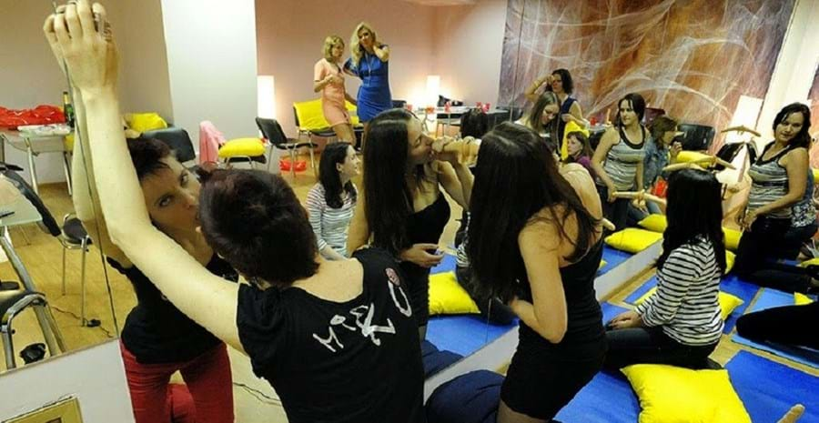 Um dos exercícios práticos da aula de sexo oral na Rússia