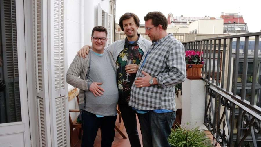 Steve Hanson, Jonny Biggins e Jason Bramley divertem-se com as barrigas