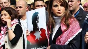 """Rainha jordana: Estado Islâmico é um """"bando de malucos"""""""