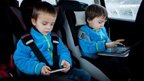 Crianças de castigo desmaiadas em carro dos pais ao sol