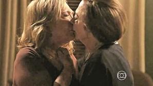 Beijo de 'veteranas' dá que falar