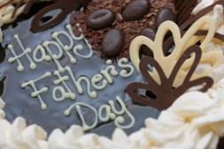 Pedir ajuda à mãe para fazer o bolo preferido do pai