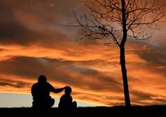 Demonstrações de carinho ao longo do dia, como deixar um bilhete escondido, pedir à mãe para mandar uma mensagem carinhosa, dar um abraço forte, dizer que o adora, dar um passeio