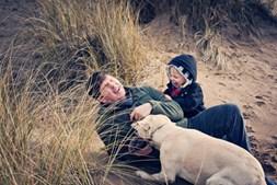 Passear o cão com o pai para passar mais tempo com ele e ter um momento divertido