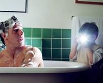 Com a ajuda da mãe, preparar um banho relaxante para o pai e fazer uma massagem relaxante no final