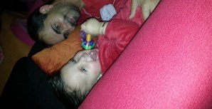 Casandra, de 23 meses, com o seu pai Carlos Mota, de 39 anos. A família está na Suíça