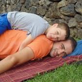 Foto do Afonso Neves, 6 anos, com o pai Germano Neves, 31 anos, em Ponta Delgada