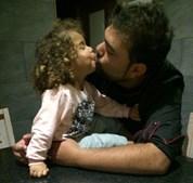 'Te amo, papai. Parabéns pelo seu dia!' disse a Melissa Coelho, 2 anos, ao pai Dieison Brito, 25 anos. A família vive em Alcantarilha