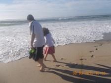 Foto do leitor do CM Miguel Pacheco, 30 anos, com a sua filha Zaida Pacheco, 8 anos, na praia