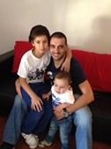 Foto do pai Paulo Quina,38 anos, com os filhos Diogo, 9 anos, e Tiago, 1 ano. A família é de Aveiro