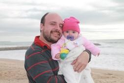 Foto enviada pela leitora do CM Catarina Almeida e pela pequena Maria João para o primeiro Dia do Pai do Daniel Cunha, 31 anos. A família é de Almada