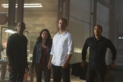 Roman (Tyrese Gibson), Letty (Michelle Rodriguez), Brian (Paul Walker) e Tej (Ludacris) compõem a equipa de Dominic (Vin Diesel)