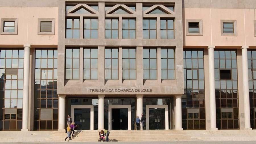 Suspeito foi ouvido ontem no Tribunal de Loulé. GNR apreendeu objetos furtados, droga e armas