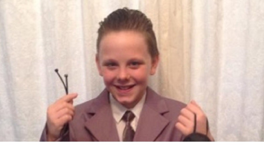 Liam Scholes vestido de Christian Grey