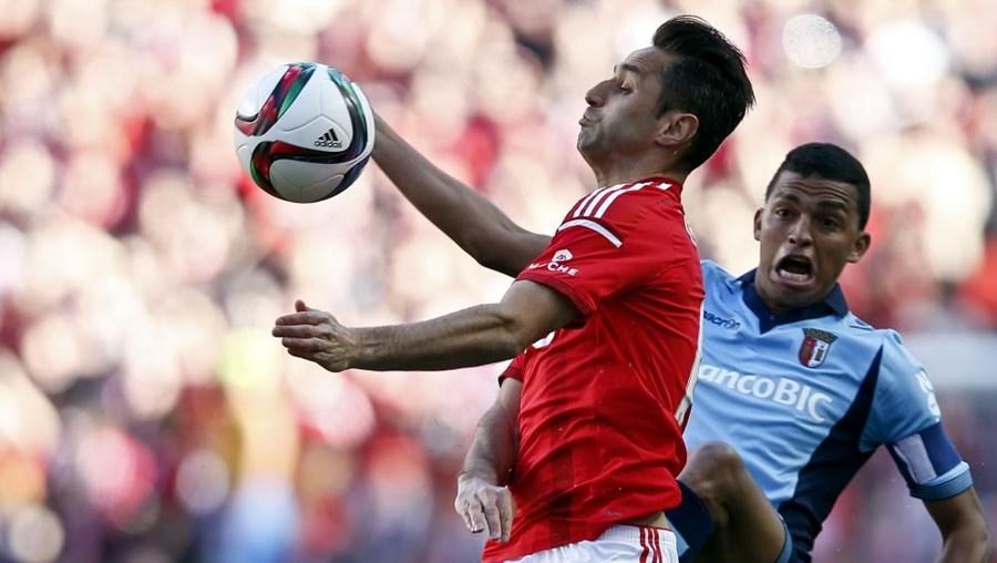 Jonas tenta dominar a bola perante Santos, do Sporting de Braga