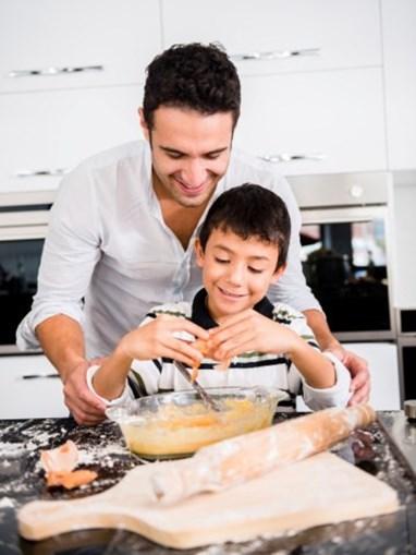 Desafiar o pai a cozinharem juntos