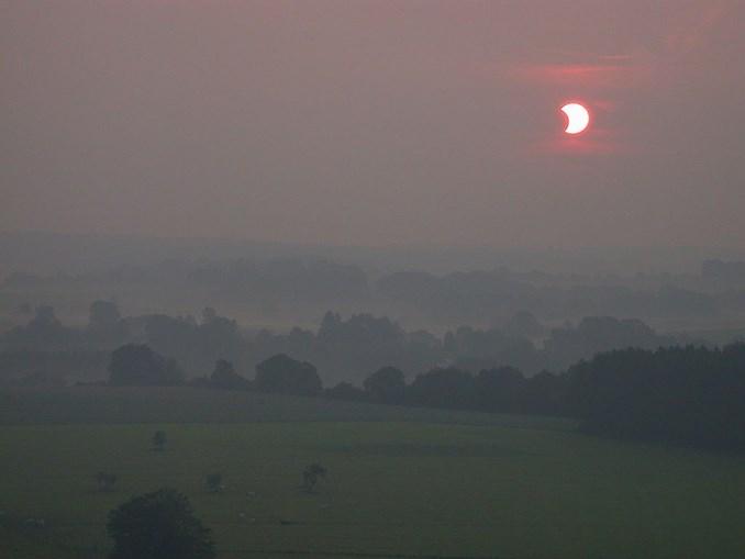 O primeiro eclipse solar visível na Europa no século XXI ocorreu no dia 31 de maio de 2003. Portugal não viu o eclipse, mas a grande parte da Europa conseguiu observar o fenómeno, como foi o caso da Bélgica, local onde foi tirada a imagem acima