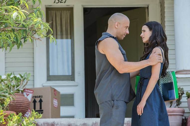 Dominic (Vin Diesel) conforta a irmã, Mia (Jordana Brewster)