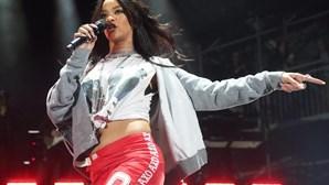 Rihanna fotografada sem sutiã