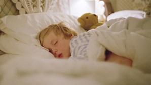 Mais insucesso escolar com noites mal dormidas