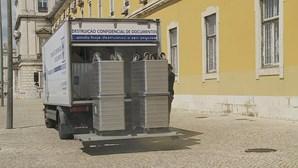 Carrinha de destruição de documentos à porta das Finanças