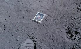 Esta fotografia de família foi, alegadamente, deixada por Charles Duke na lua (1972)