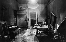 Diz-se que esta é a primeira fotografia do 'bunker' subterrâneo de Hitler, tirada após a sua morte (1945)