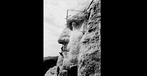 O monte Rushmore a ser esculpido. Na foto, os trabalhadores estão a criar a cara de George Washington (1932)