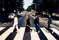 Esta não é a famosa fotografia dos Beatles na Abbey Road, mas uma tirada com os músicos a andar no sentido contrário (1969)