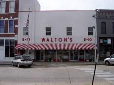 O primeiro Walmart (a maior cadeia de hipermercados dos EUA) (1962)