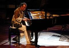 O músico Vasco Martins ao piano