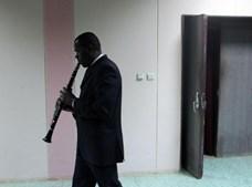 Um músico da Orquestra Nacional ensaia